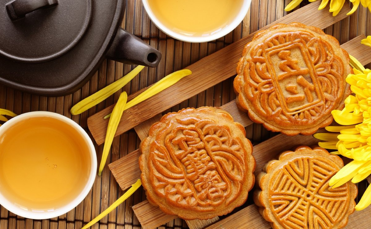 Baked mooncakes are usually enjoyed with hot green tea to balance out their sweet taste. Photo via Maxxelli-Blog.